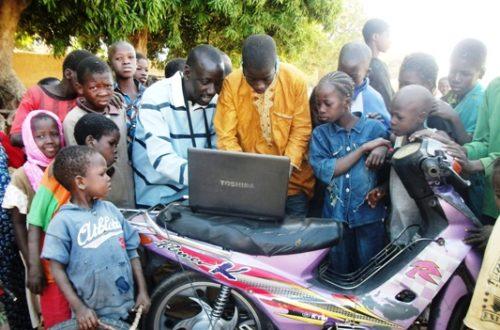 Article : La decouverte de l'internet par des petits éleves sous un manguier