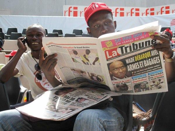 Le blogueur burkinabè Boukari Ouédraogo épluche la presse sénégalaise (Crédit Photo : Raphaelle Constant)
