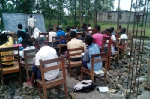 Article : Dans la ville de Goma des enfants étudient encore en plein air