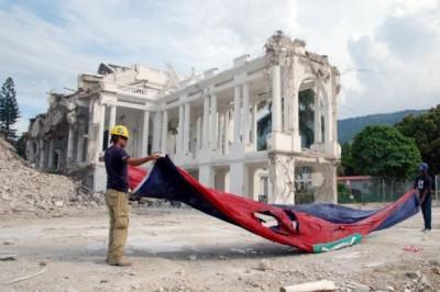 HAITI 1 Drapeau Palais_0