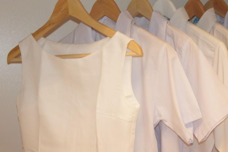 Vêtements dans une armoire