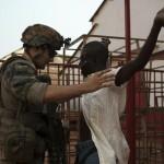 Soldat français fouille Centrafricain