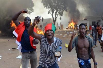 Manifestants en colère, à proximité du Parlement burkinabè à Ouagadougou
