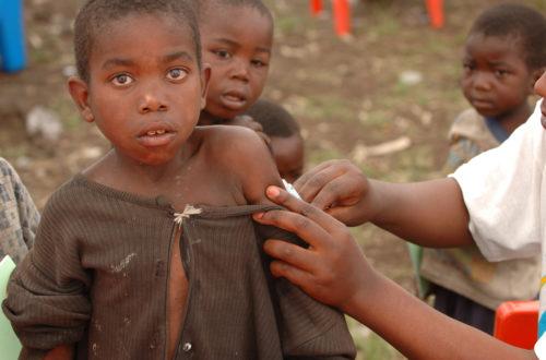 Article : RDC : une équipe de MSF vaccine des enfants contre la rougeole