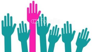 Main de femme levée haut
