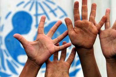 image du logo de l'Unicef avec des mains d'enfants