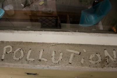 """""""pollution"""" écrit au doigt sur crace"""
