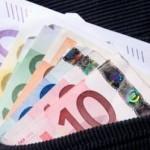 Billets deuros dans une poche