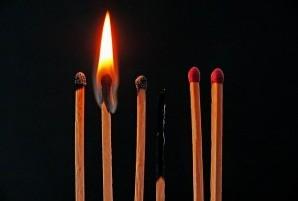 petites allumettes avec une flamme