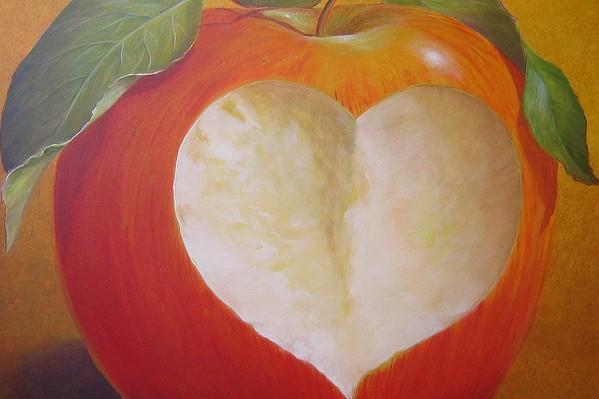 pomme croquée avec un coeur