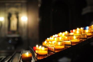 Images de bougies dans une Église