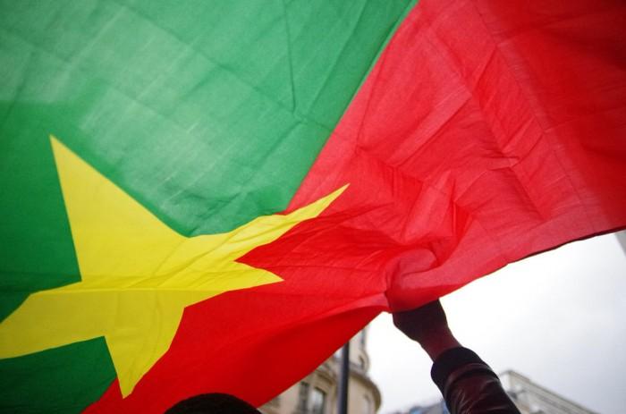 Drapeau du Burkina Faso Images de la manifestation contre le coup d'état près de l'ambassade du Burkina Faso à Paris, 18/09/2015