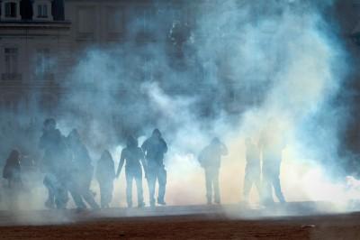 Photo de manifestants dans un gaz lacrymogène