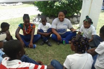 Mirline Pierre animant un atelier de lecture pour enfants à la 21ème édition de Livres en folie