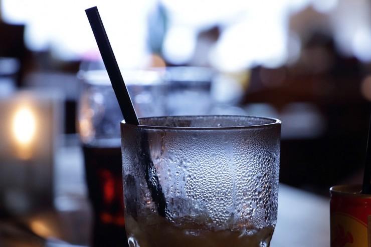 Photo d'une boisson dans un bar