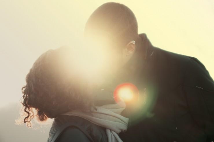 Photo couple sous lumière