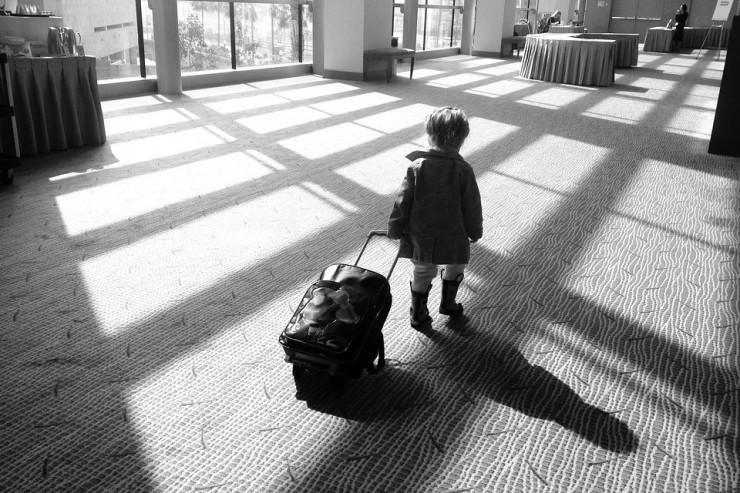 Photo de fille avec une valise