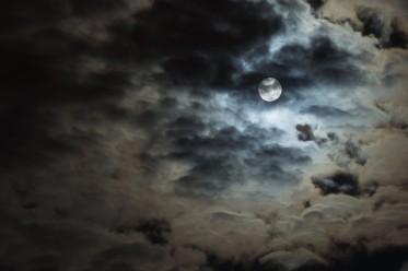 derrière les nuages, la pleine lune