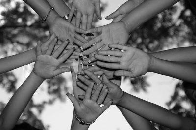mains liées pour l'unité