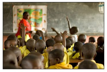 des écoliers enthousiastes en Ouganda