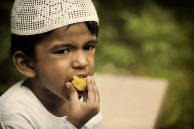 un enfant musulman qui mange