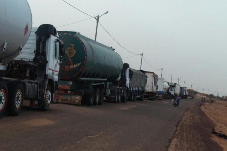 un convoi arrêté sur la route de Gao