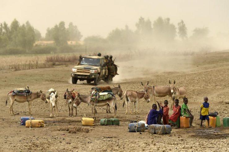 l'armée malienne patrouille dans le pays