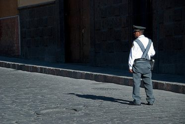 un policier, au milieu de la rue