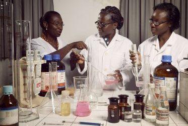 des élèves togolais en cours de biochimie