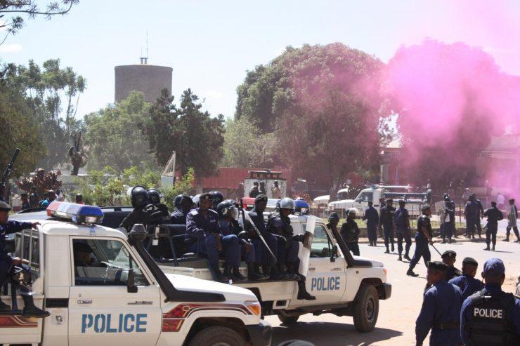 """""""La police disperse des manifestants"""" par Didier Makal"""