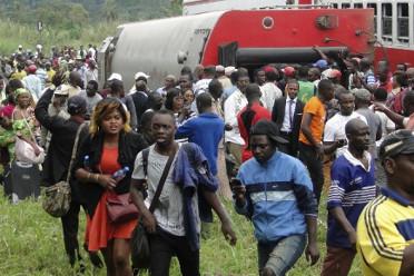 Au Cameroun, les passagers évacuent le train qui a déraillé à Esaka, le 21 ocotbre 2016. © AFP/STRINGER