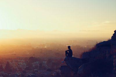 un homme sur une colline