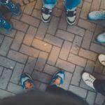 Des pieds dans un groupe