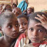 Sur les chemins de l'école au Cameroun.