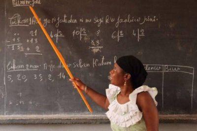 Image d'une maîtresse d'école qui enseigne le bambara