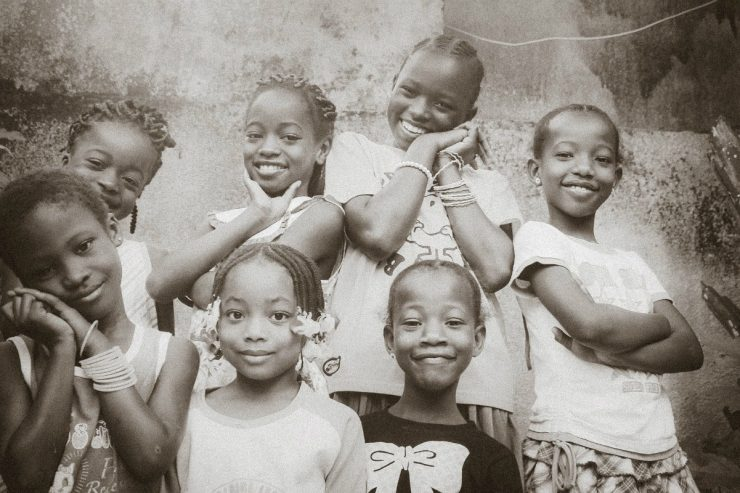 Des filles souriantes en Afrique