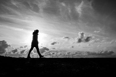 femme-seule-marche-noir-blanc