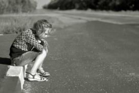 fille-seule-route-noir-blanc