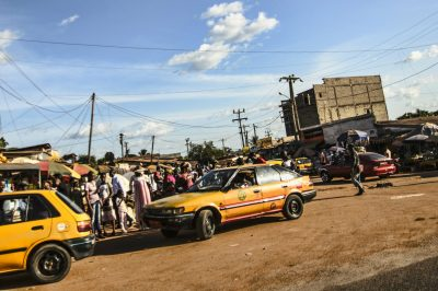 marche-route-taxi-voiture-yaounde-cameroun