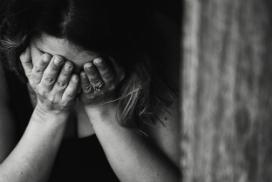femme-triste-mains-pleure