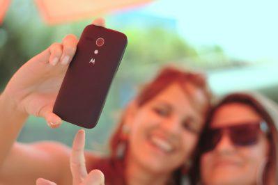 selfie-layandri-femmes-smartphone-telephone