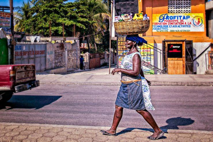 haiti-port-au-prince-femme-jeune-rue
