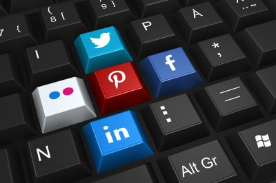 clavier-logos-reseaux-sociaux-plateformes-twitter-facebook-internet