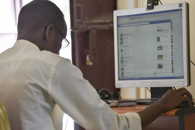 homme-noir-ordinateur-écran-facebook