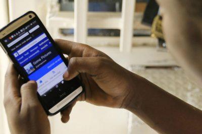 Photo-Facebook-smartphone-telephone-ecran-main-homme-noir