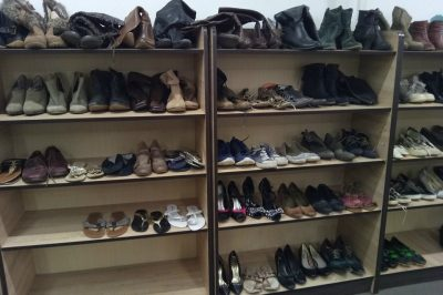 chaussures-fripes-friperie-occasion-magasin-rayon-etagere