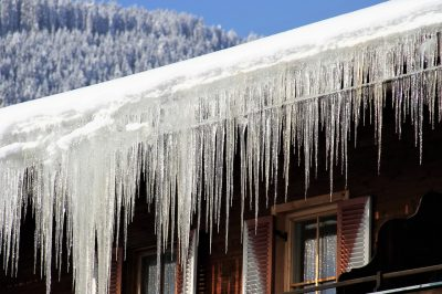 stalactite-hiver-froid-glace-toit-neige