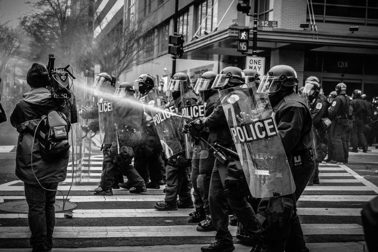 manifestation-police-crs-journaliste-media-cameraman-violence-policiere