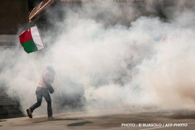 madagascar-drapeau-manifestation-manifestant