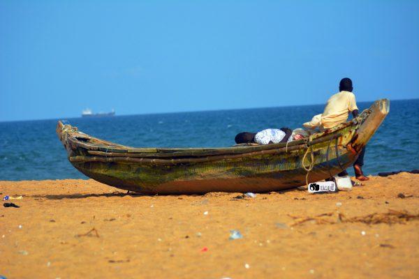 plage-lome-togo-bateau-mer-marin-pecheur